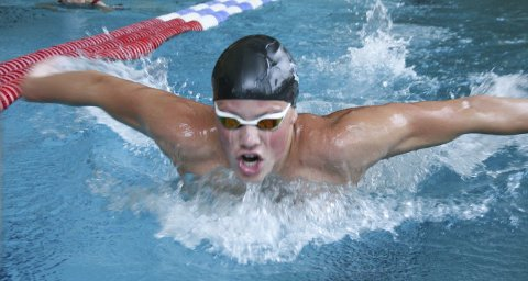 GIR ALT: Ludvik Svarstad (17) fra Spydeberg sparer ikke på kruttet der han fosser frem i bassenget.