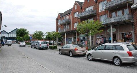 I dag finnes det som regel gode parkeringsmuligheter like utenfor butikkdøren i Solakrossen. Kommunen skal snart ta stilling til om disse plassene skal fjernes, eller avgiftsbelegges.