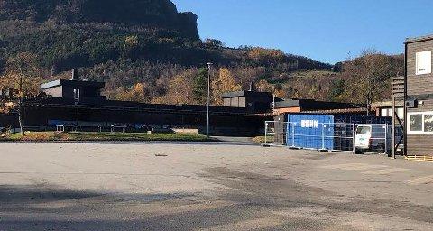 FESTPLASS: Fredag kveld rykket politiet ut til skolegården på Jørpeland ungdomsskole. Her samles mindreårige for å drikke og feste.