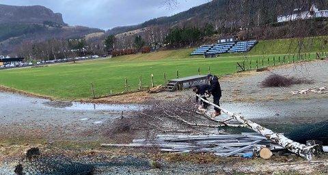 NÆRMER SEG: Nye Jørpeland stadion nærmer seg. Her jobber Rune Harestad og Børge Oanes i Staal Jørpeland IL med å klargjøre området for anleggsarbeid.