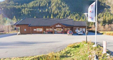 NY BUTIKK PÅ GANG: Dagligvarebutikken i Åmotsdal fikk det tungt etter korona og hytteforbud og meldte i april oppbud. Nå satser nye folk på ny butikk.