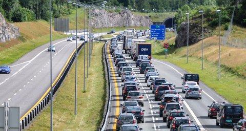 MIDT PÅ DAGEN: Ulykken som forårsaket denne køen skjedde midt på dagen, midt i feriemåneden juli, og den strakte seg flere kilometer mot nord.