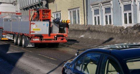 Tung trafikk og skitten snø få meter fra stuer og soverom i Stoltenbergsgate. En pågående skandale.