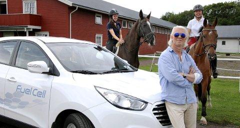 REKORD: Hydrogenbilen Hyundai ix35 FCEV har returnert fra Tyskland etter å ha danket ut Tesla, med tilbakelagte 2.383 km på ett døgn for veiregistrerte og utslippsfrie biler. Testpilot Arnt-Gøran Hartvig med ridelærer Ingri Juvstad (venstre) på hesten Vera og Monica Larsen, eier av Stall Verdens Ende, på Ødegardens Christoff.