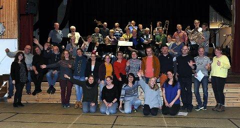 Påskekonsert: En gjeng glade korsangere og musikere ønsker velkommen til konsert i Folldal!