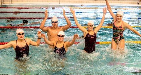 TRIVES I BASSENGET: Til helgen deltar disse Ås-svømmerne  i Ungdomsmesterskapet i svømming (UM). Fra venstre:  Josefin M. Kjellberg, Herman Riis Langhammer, Olivia I. Kjellberg, Ella B. Dreyer, og Karen Hellberg Munthe.