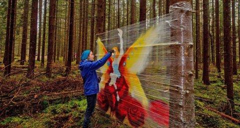 KUNST FOR TURFOLKET: Sigrid Moe fra Ås sprayer sin kunst i Kroerskogen.