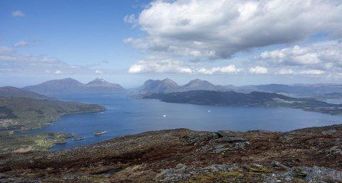 HALSAFJORDEN: På bildet krysser to ferjer fjorden. Målet er å erstatte ferje med bru.