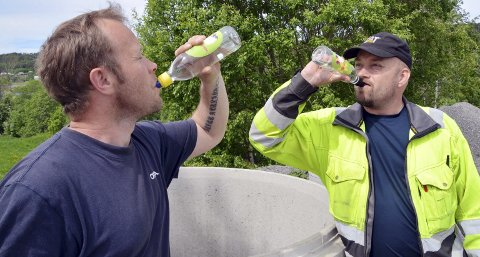 KJØLE GODT VANN: Egil Betten og Roger Ulvund drikker seg utørst på noe av det reneste av drikkevann som går gjennom et vassverk i Norge.FOTO: YNGVE LIE