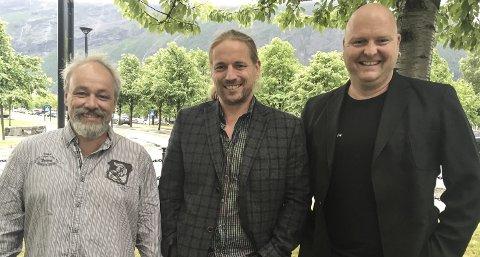 Teaterklare: Peter Wergeni (f.v.), Øystein Sandbukt og Jo Inge Nes er aktører i stykket Eg er Supermann som vises i Hovshall tirsdag 21. juni.