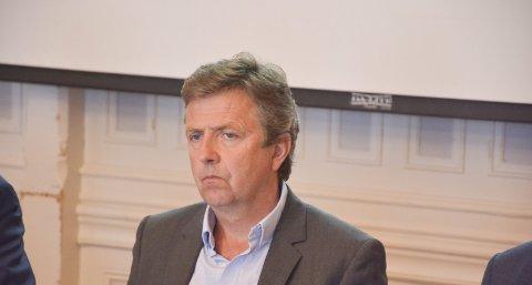 PEKEFINGER: Kommunedirektøren tok politikerne i skole under torsdagens bystyremøte.