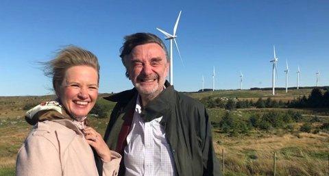 I VINDEN: Statssekretær Liv Lønnum og EUs ambassadør til Norge, Thierry Béchet, ved Høg-Jæren Vindpark denne uken Foto: OED