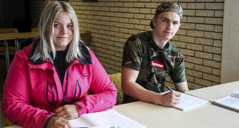 SOMMARSKULE: Tiril Bjørkelund (16) og Nils Petter eggum (17) nytter to veker av sommarferien til mattefaget. Sommarskulen er eit samarbeid mellom Hordaland fylkeskommune og Røde Kors og tilbodet er gratis.