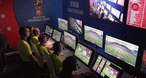 FULL KIT W... Dommerne som har fått ansvar for videodømmingen under VM vekker oppsikt. Og du skjønner kanskje hvorfor når du ser dette bildet.