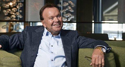 Milliardær Terje Høili kjøpte klokke av Klokkemannen. Drammens Tidende vet ikke  om det er klokka han har på seg på dette bildet.