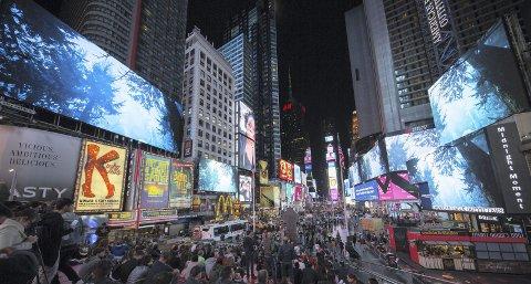 Stor scene: Times Square er blant de mest besøkte stedene i smeltedigelen New York. Bildet er fra danske Jakob Kudsk Steensens prosjekt «Terratic Animism», som vises i Midnight Moment nå i november. I desember er det bergenskunstneren Trine Lise Nedreaas som skal pryde reklametavlene. Foto: Ka-Man Tse/Times Square Arts