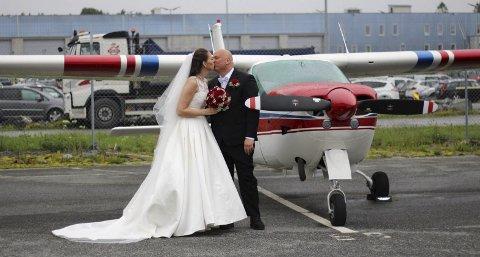 Hilde Elin Sæthre Jamne (35) var fullt klart over at forloveden Thomas Jamne (46) var i ferd med å ta flysertifikat før bryllupet deres, slik at de kunne leie et fly og reise rundt i Europa på bryllupsreise. Men hun visste ikke at han også hadde gått til innkjøp av et eget fly til 800000 kroner. Det fikk hun første en liten måned før seremonien. FOTO: PRIVAT