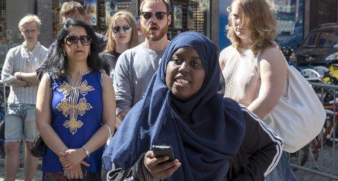 20 år gamle Sumaya Jirde Ali (bildet) blir hetset for å ha sagt «fuck the police» og «fuck Sylvi Listhaug.» Skjerp dere, skriver spaltist Christoffer Schjelderup.