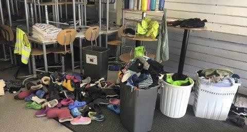 Nygårdslien skole: Haugen av sko er stor, og svært mange crocks savner eierne sine.  FOTO: Bente-Line Svellingen