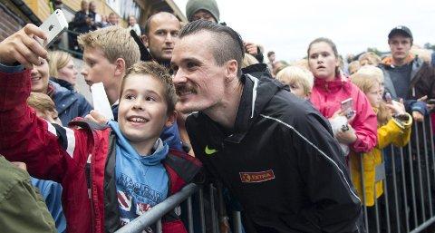 Jakob Hope (10) sikret seg en «selfie» med Henrik Ingebrigtsen etter løpet. Det var han på langt nær alene om. - Det var en helt sinnssyk stemning her, sier Henrik Ingebrigtsen.