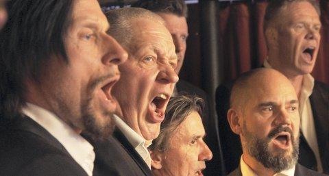I AKSJON: – Korsang gir en enorm stolthet og mestringsfølelse når vi får vanskelige sanger til å høres fint ut, sier Gunnar Martinsen. Vanligvis synger koret alt fra Jokke og Valentinerne, The Aller               Værste, Stein Torleif Bjella, Raga Rockers, Gro Anita Schønn, Cornelis Vreeswijk, Frank Zappa og Stefan Sundström til Bellmann. Nå ønsker Gunnar seg «bra folk med et snev av sangstemme» til et lignende prosjekt i Bergen.FOTO: FRA FILMEN