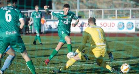 Jonas Hestetun og Nest-Sotra opplever stor suksess på banen. Søndag slo de Sandnes Ulf 3-0. Utenfor banen er det imidlertid verre. En tilsynelatende «glemt» NFF-regel gjør at Nest-Sotras Øygarden FK-planer må endres i siste liten.