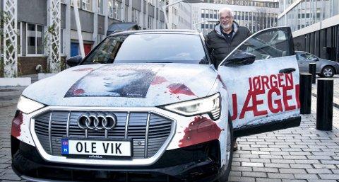 Bilen til Jørgen Jæger er ikke vanskelig å få øye på. Flere kommer bort til forfatteren for å snakke om bøkene hans når han er på bilturer med sitt forfatterglis. Foto: Skjalg Ekeland