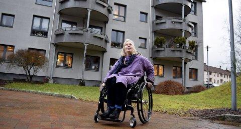 Slettemarken sykehjem skal utvides, og eksisterende omsorgsboliger må rives for å realisere dette. Jannike Kayser (62) bor i omsorgsbolig i bakgrunnen. – Kommunen må forstå at de må bygge nye omsorgsboliger også, sier hun. FOTO: EVA NETELAND