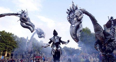 Saurus: De er gigantiske og forhistoriske vesener, og under Festspillene kommer du til å støte på dem midt i sentrum. foto: bert holtmann
