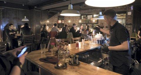 Det er nok å gjøre for Øystein Brandal Gaasemyr bak baren på en lørdagskveld. Dette er baren de ønsker skal bli kåret til Norges beste.
