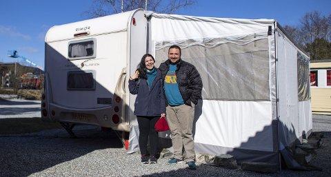Det italienske paret Valeria Di Ponziano og Davide Di Caterino har lagt seg på fire hjul til Europa. Di Caterino har tatt med seg jobben i et IT-selskap                              i Italia, og fått jobb i Knarvik. Di Ponziano er utdannet kokk, og er på jobbjakt. FOTO: Emil Weatherhead Breistein