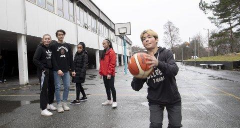 Åttendeklassing ved Ortun skole Benjamin Leander (13) spiller basket på fritiden – og liker å gjøre det i friminuttene også. Tiendeklassingene        Lorena Henriksen (16) og Diego Fugelli (15) og niendeklassingene Stephanie Dotoi (14) og Mei Ingeborg Skår (14) forteller at de ofte er ute i friminuttene og spiller fotball eller basketball.