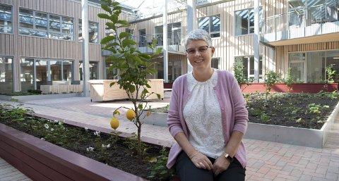 – Det beste med nye Siljuslåtten sykehjem er hvor enkelt det er for beboerne å bevege seg utendørs på en trygg måte, sier Marion Ytre-Arne Kvamme, institusjonssjef. FOTO: ARNE RISTESUND