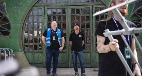 Vaktledere: Torbjørn Klausen og Leslie John Kvalheim jobber sent og tidlig når det er Bergenfest. I mange år var de sjåfører, og dermed artistenes første møte med Bergen. – Artistene er stort sett kjempegreie, er de to enige om. Fot: Emil Weatherhead Breistein