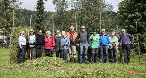Det er denne dugnadsgjengen fra pensjonistlaget som lager gjerdene som rammer inn festivalområdet til Bydalarm. Den yngste i flokken er Yvonne                                                    Schaufel (74) og den eldste er Bjarne Huse (82). Hvert år stiller de alle gledelig opp for å hesje for festivalen. Alle foto: Anders Kjølen