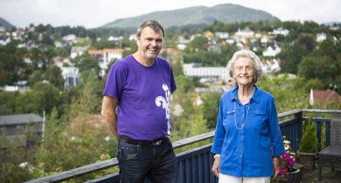 Fra terrassen sin med utsikt over hele Os sentrum, sitter Anna Hylland og ser på festivalen til sønnen. – Det kan være ensomt å bo for seg selv. Å se på livet rundt meg her fra terrassen holder meg frisk, sier den spreke 100-åringen.