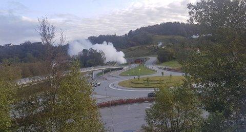Brannvesenet øver i Eikåstunnelen søndag formiddag.