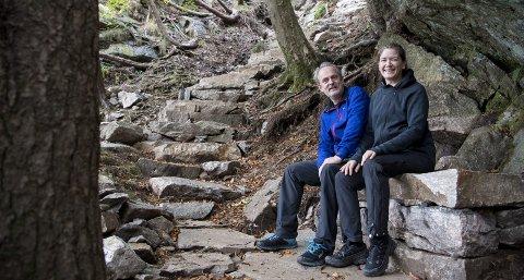 Ole Endresen og Linda Rios synes det har blitt kjempefint i turstien til Sandviksbatteriet. De er spesielt fornøyd med den nye benken som er beleilig plassert midt i den 220 trinn lange steintrappen som fire sherpaer har laget i sommer. FOTO: ANDERS KJØLEN