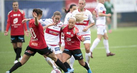 Både Ingrid Ryland (Sandviken) og Rikke Nygard (Arna-Bjørnar), her i kamp om ballen, slo gjennom som toppfotballspillere i Arna-Bjørnar.