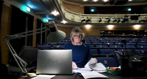 En sufflør jobber alene og får regissør, inspisient og skuespillere til å koordineres. Nina Kopperdal er en av DNS sine tre faste sufflører. Foto: Skjalg Ekeland