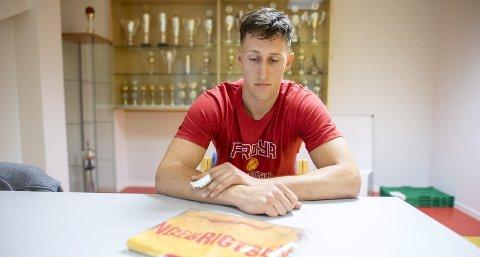 Arne Ingebrigtsens trøye med nummer 9 ligger innpakket på bordet. Den forblir ubrukt i eliteserien, for Frøya-veteranen mener det er bedre bruk for ham i andre roller i klubben.