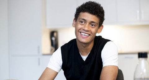 Brann-spiller Japhet Sery Larsen (21) har funnet seg godt til rette i Daouda Bambas gamle leilighet på Wergeland.