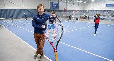 Fredrik Vabog og Paradis Tennisklubb er en av mange idrettslag som eier og drifter eget anlegg. Bergen kommune har gratisprinsipp for bruk av idrettsanlegg, men kun for egne anlegg.
