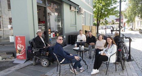 KOMEDIE: – En politisk komedie, mener Høyre. Både SV og Høyre mener kafeen på Sydneshaugen må få opprettholde det samme skjenkearealet som i fjor. Fra v. kunde Arve J. Nilsen, innehaver Erik Midttun, Andreas Madsen Berg (SV), Eivind Nævdal-Bolstad (H), Charlotte Spurkeland (H) og Torill Hesjedal Hartwig, som er leder velforeningen. – Dette må endres, mener samtlige. FOTO: ARNE RISTESUND