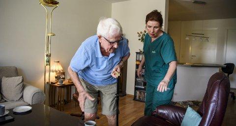 Asbjørn Håland (92) frykter for at han mister hjemmehjelpen. Mona Yvonne Hopen har gjort rent for 92-åringen i syv år.