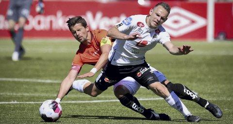 Åsanes og Eirik Wollen Steen, som her er i en av flere dueller med Endre Kupen, måtte gi tapt mot Sogndal.