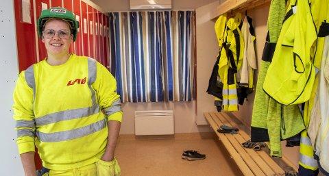 STORFORNØYD:   Silje Fondevik er betongarbeider og tømrer i Lab Entrepenør. – Jeg er heldig som har en arbeidsplass som er tilrettelagt for kvinner, sier 30-åringen. Da hun begynte i bransjen som 17-åring måtte hun skifte på sjefens kontor. Her er hun i garderoben på hennes nåværende arbeidsplass. FOTO: EIRIK HAGESÆTER