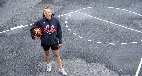 På basketbanen ved Zinken Hopp skole på Råstølen er det lite som minner om basketsirkuset som utspiller seg «over dammen», men Karyn Sanford kan nå helt frem.