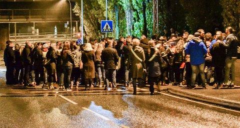 MINNEMARKERING: Mange var samlet ved Holmennokken fredag kveld for å minnes den 14 år gamle gutten som omkom i en ulykke her tidligere på dagen.