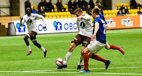 MÅLSCORER: Andreas Hellum (21) tegnet seg på målscorerlista i kampen som endte 2-0 til Mjøndalen. Det samme gjorde Jibril Bojang (i bakgrunnen).